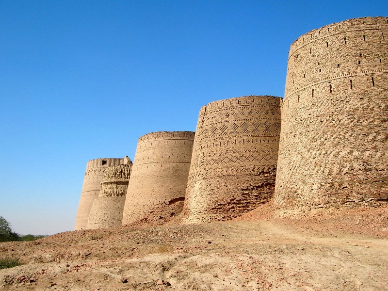 Side_wall_of_derawar_fort_cholistan_desert_in_bahawalpur_